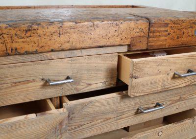 ... und Schubladen mit Altholzfronten und geschmiedeten Griffen