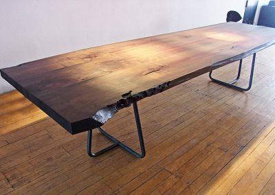 Tisch aus Nussbaumholzbaumstamm