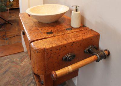 Waschtisch aus einer Hobelbank